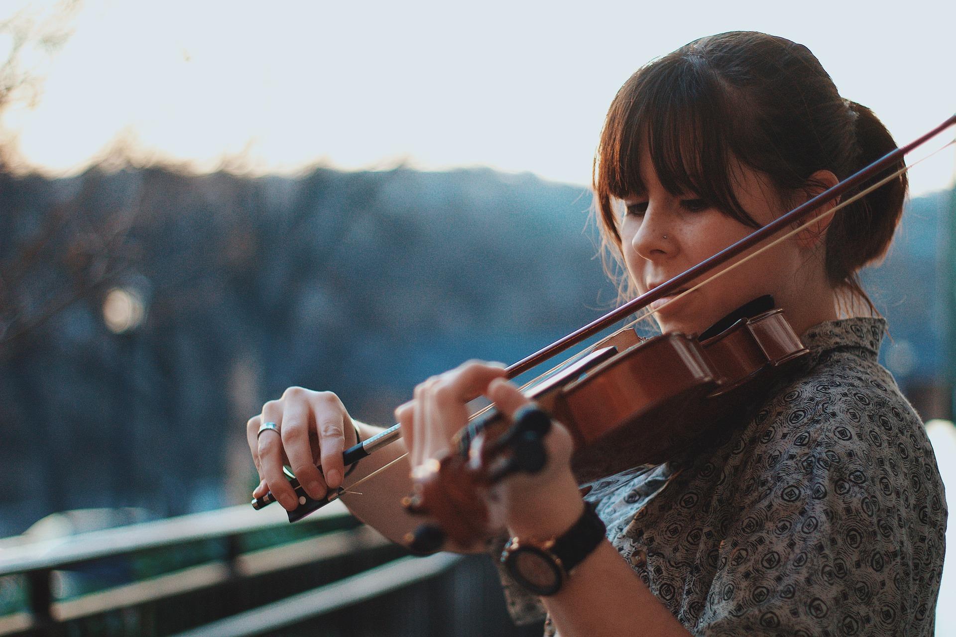 mujer chica tocando violin