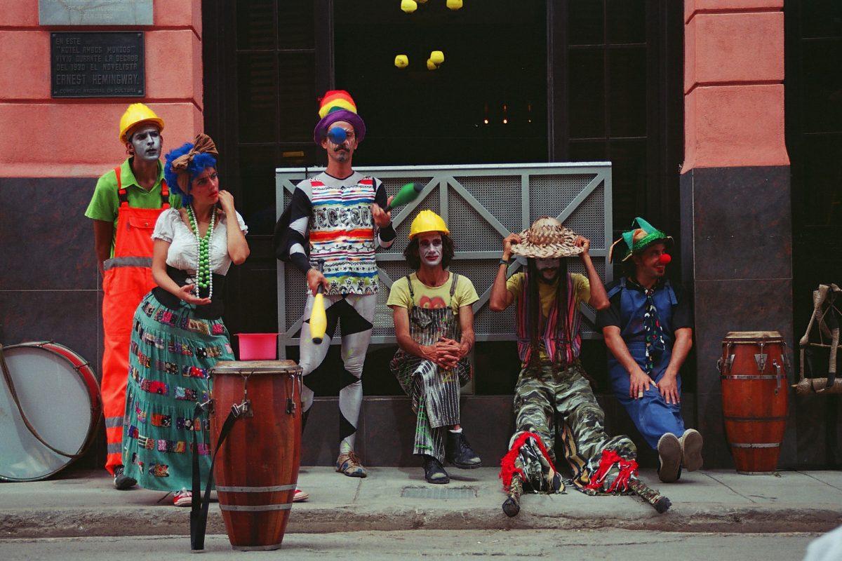 Artistas callejeros de la compañia GIGANTERIA en La Habana Vieja