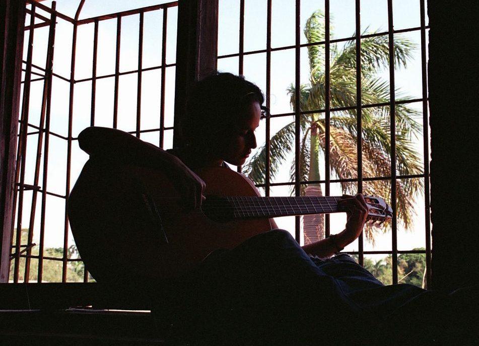 Adriana Primavera tocando la guitarra