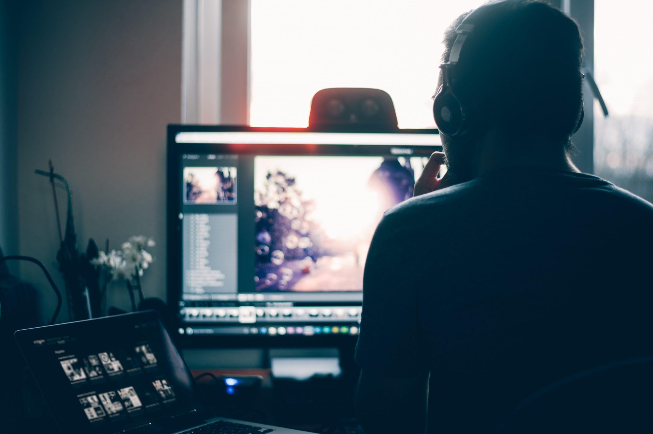 Hombre editando video en un ordenador